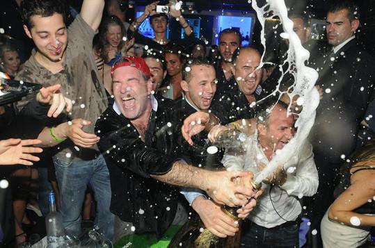 Šampaňské Armand De Brignac Midas skončilo na oblečení ostatních hostů klubu.