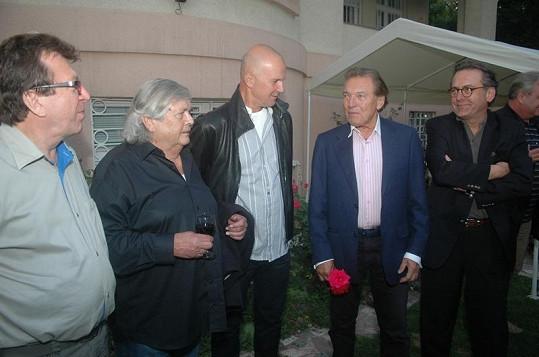 Na párty vládla příjemná atmosféra. Michael Prostějovský, Pavel Vrba, Ondřej Soukup, Karel Gott a Borek Severa.