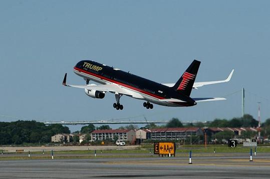 Trumpův Boeing vzlétá z letiště LaGuardia v New Yorku.