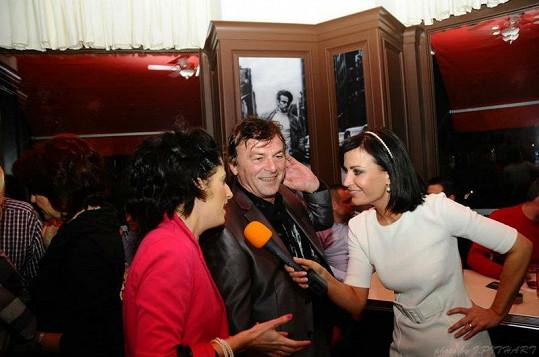 Gábina při rozhovoru s Pavlem Trávníčkem a jeho partnerkou.