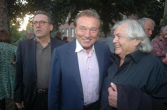 Jeden z posledních zachycených úsměvů Pavla Vrby při rozhovoru s Karlem Gottem. Vlevo producent Borek Severa.