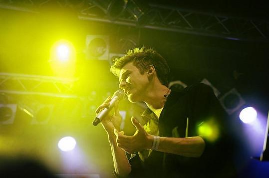 Vojta Dyk zazpíval na koncertu, který pořádala jeho láska.