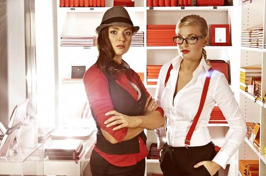 Eva a Hanka jako sexy intelektuálky.