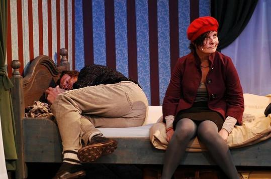 To už je aktuální obrázek. Takhle vypadají Karel Roden s Janou Krausovou v představení Prší.
