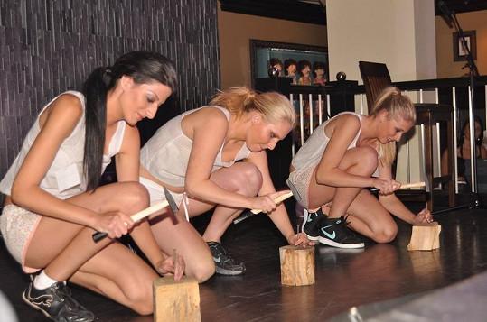 Děvčata soutěžila i v zatloukání hřebíků.