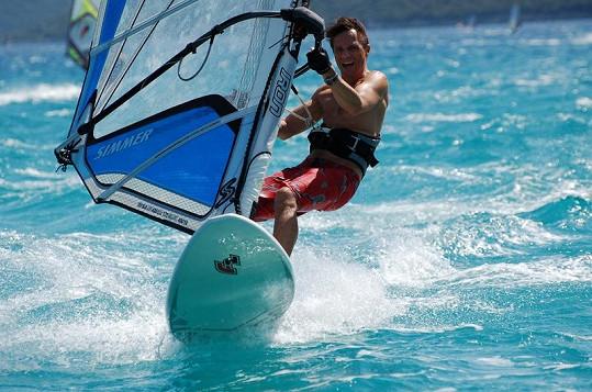 Janek Ledecký si na Lefkadě užívá jízdu po vlnách.