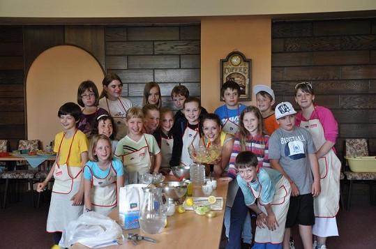 Andrea obklopená skupinou dětí.