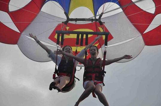 Andrea s kamarádkou si vyzkoušely let balonem zavěšeným za motorový člun.