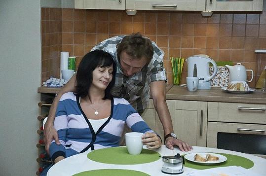 Daniela Šinkorová hraje v seriálu Gympl s (r)učením omezeným týranou ženu.