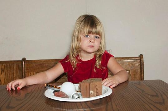 Holčička trpí závislostí na jedení nepoživatelných věcí.