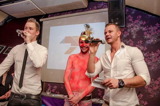 Braňo Polák (vpravo) při dražbě s Lukášem Rejmonem (vlevo).