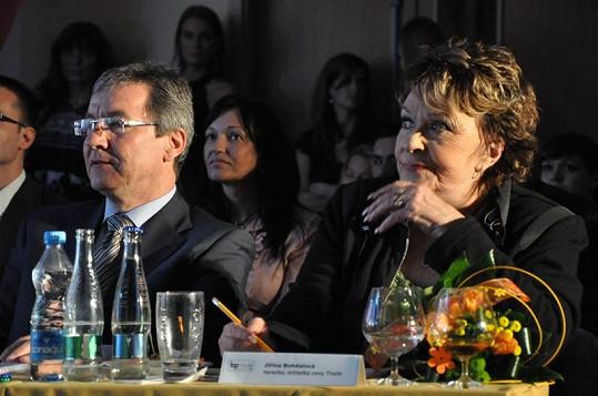 V porotě zasedla také Jiřina Bohdalová. Na fotce s prezidentem soutěže Josefem Mackem.