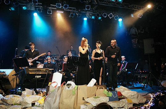 Aňa Geislerová s Táňou Vilhlemovou na večírku Snesitelná lehkost pití.