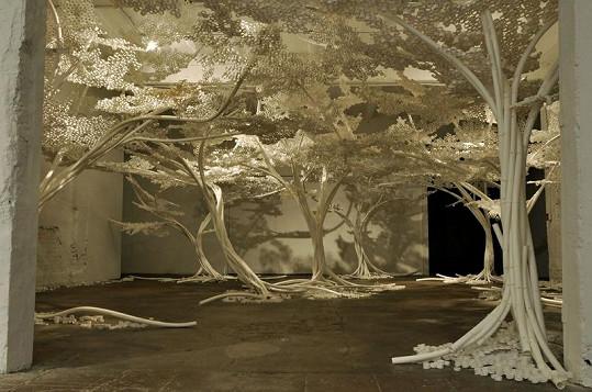 Nevšedně vypadající stromy jsou dílem umělce Toma Price.