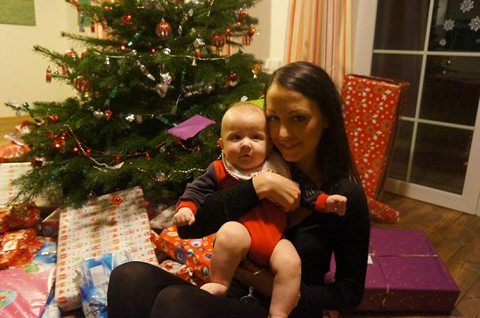 Kryšpín si v náručí maminky užívá vánoční atmosféru.