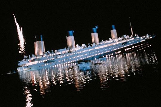 Potápějící se Titanic v Cameronově filmu.