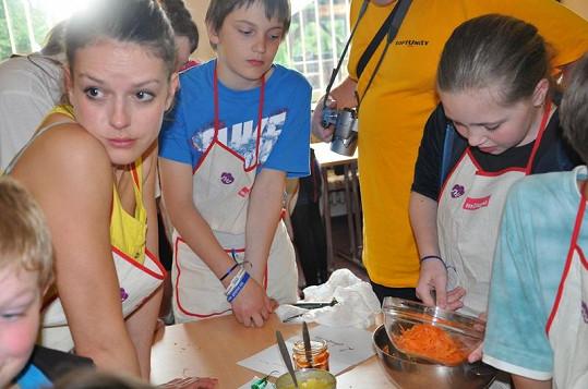 Andrea se učí s dětmi připravovat dietní stravu.