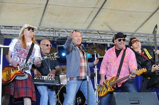 Karel Gott a Walda Gang spolu zpívali jako sehraný chlapecký band.