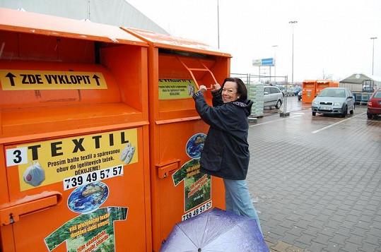 Yvonne Přenosilová u kontejneru.