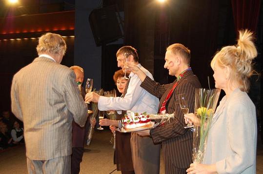 Herci oslavili šestistou reprízu hry Blbec k večeři.