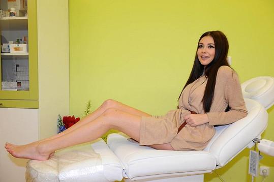 Hana Svobodová má krásné nohy. Denně také cvičí.