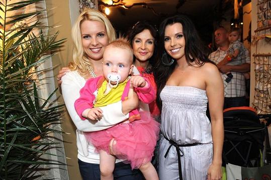 Kateřina Kristelová s maminkou, sestrou Adélou a dcerou Claudií.