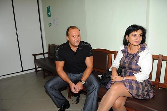 Marek Vít čeká se svou právničkou před soudní síní.