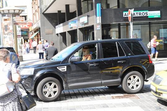 Herečka měla problém zaparkovat svůj vůz.