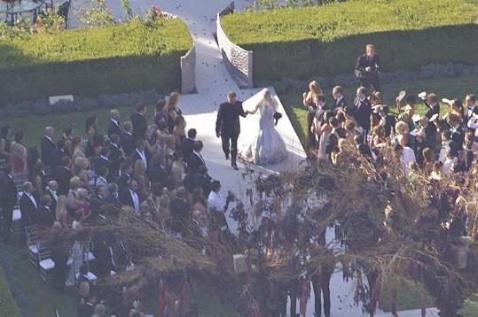 Svatby se zúčastnil velký počet lidí.
