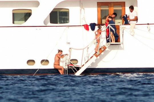 Moss byla na jachtě s manželem Jamiem, dcerou Lilou a několika přáteli.