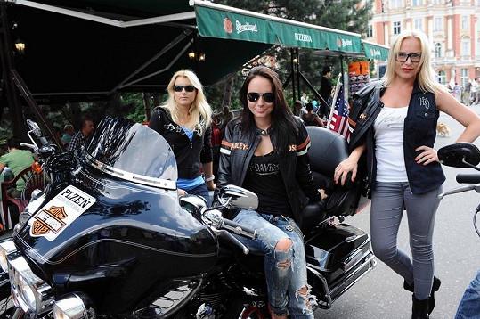 Holky si užily jízdu na motorkách.