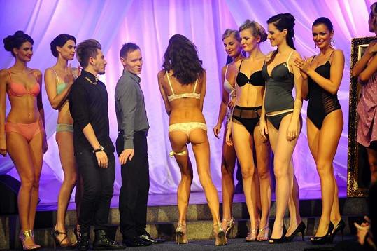 Petra Faltýnová vystrčila na publikum svůj luxusní zadeček.