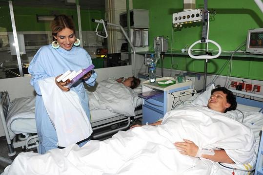 Eva Decastelo na návštěvě porodnické kliniky na Bulovce.