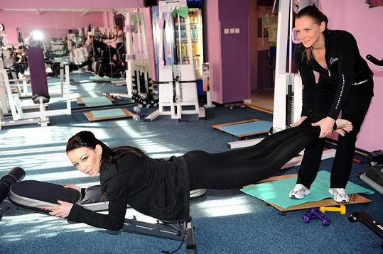 Agátě s cvičením pomáhala trenérka.