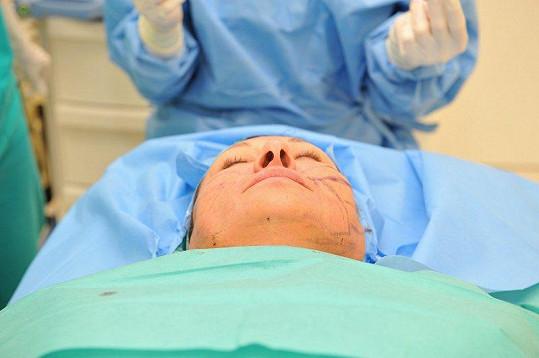 Dáda Patrasová při zákroku, kdy si nechala implantovat nitě.