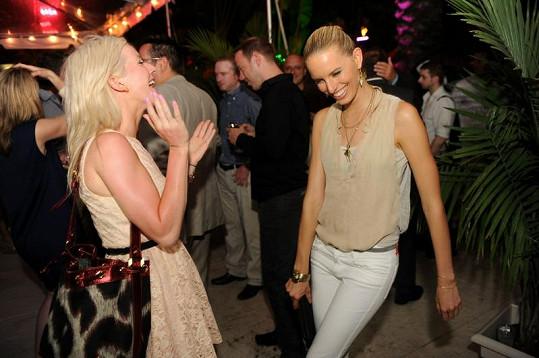 Karolína Kurková v Miami paří s Ellie Goulding.