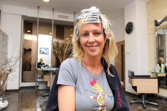 Zuza Belohorcová s alobaly na hlavě.