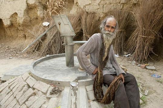 Trpělivý Ind čeká na vytouženého syna.