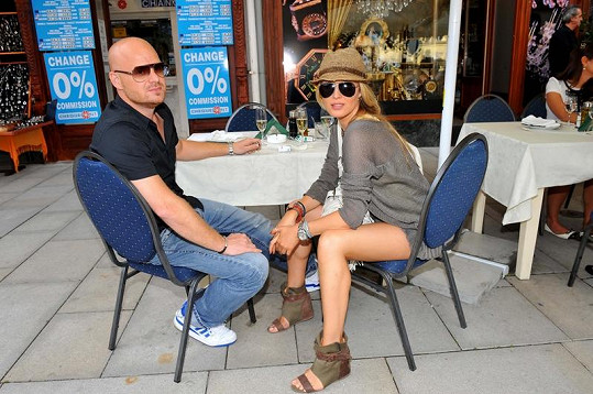Simona Krainová si s manželem Karlem Vágnerem poseděla na zahrádce.