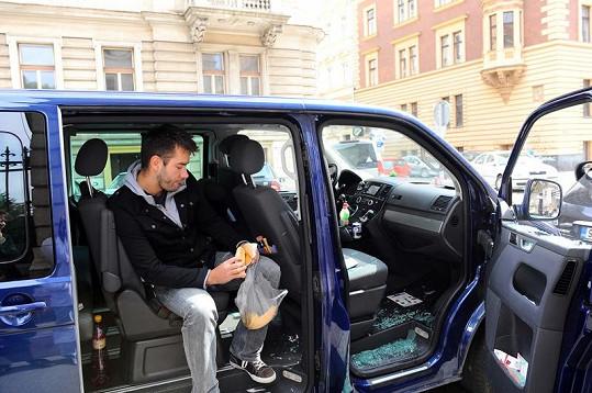 Marek Ztracený sedí smutný ve svém voze.