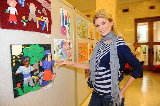 Iveta Lutovská na výstavě obrázků