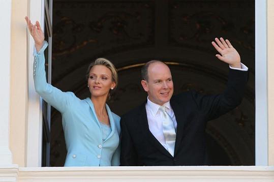 Novomanželé zdraví jásající Monačany.