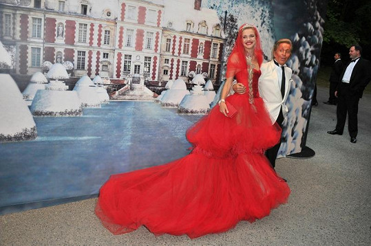 Natalia Vodianova v dlouhých červených šatech vypadala jako princezna.