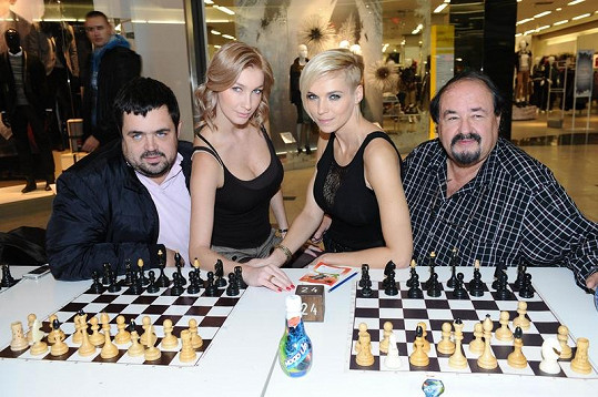 Petr Novotný se synem Pavlem a silikonové krásky Dominika a Hanka si zahráli šachovou simultánku.