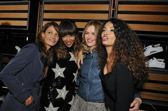 Naomi Campbell a Eva Herzigová (obě uprostřed) zvolily na party k otevření Pirelli obchodu zcela odlišný styl oblečení.