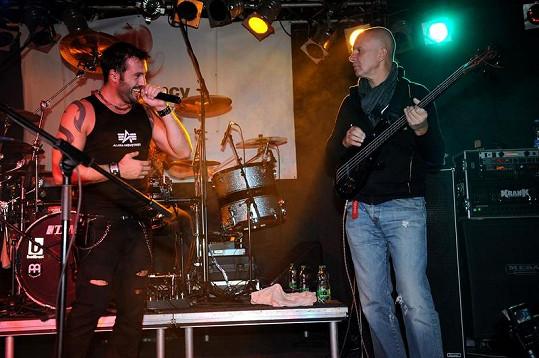 Po dvaceti letech vystoupil Ondřej Soukup jako baskytarista.