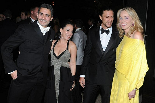 Sharon Stone na večírku v Sao Paulu. Po její pravici stojí argentinský model Martin Mica.