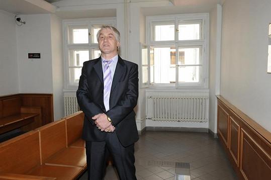 Ošetřovatel Ivety Bartošové přišel v saku, na které mu dal sponzor Bartošové.