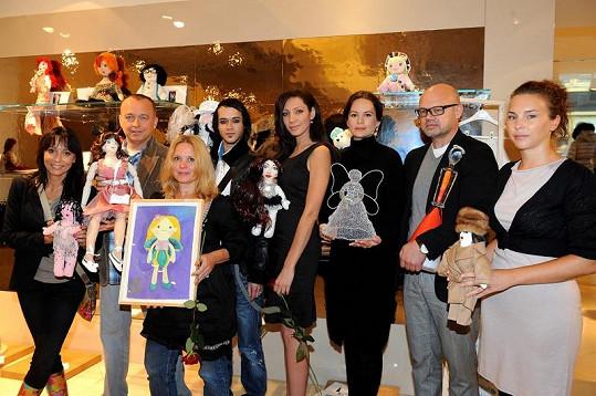 Jitka Čvančarová s dalšími tvůrci panenek.