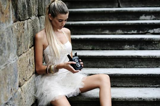 Iveta Lutovská si koketně pohrávala s fotoaparátem.